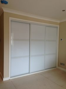 Sliding wardrobe doors, white frame and pure white glass